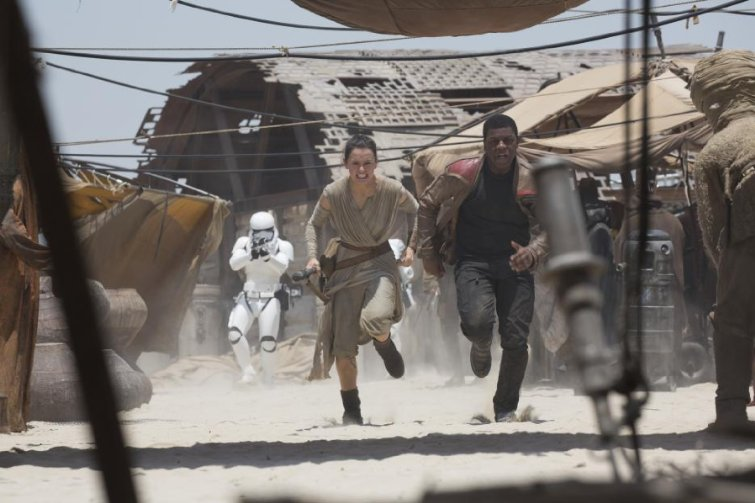 Star Wars Rae and Finn running from stormtroopers